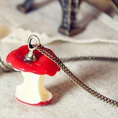 Apple necklace / Collar con forma de manzana