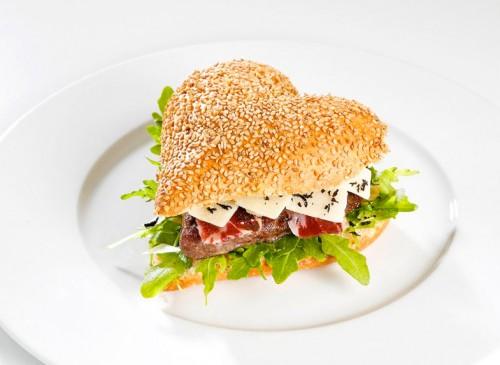 Heart hamburger / Hamburguesa con forma de corazón