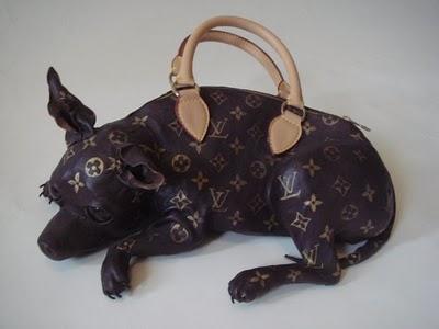 Louise Vuitton dog-shape handbag / Bolso Louise Vuitton con forma de perro