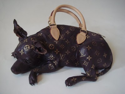 Louise Vuitton dog-shape handbag / Bolso Louise Vuitton con forma de perro