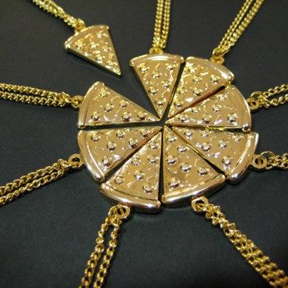 Pizza necklace / Collar con forma de pizza