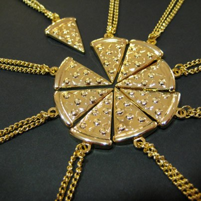 Pizza necklace / Collar con forma de pizza